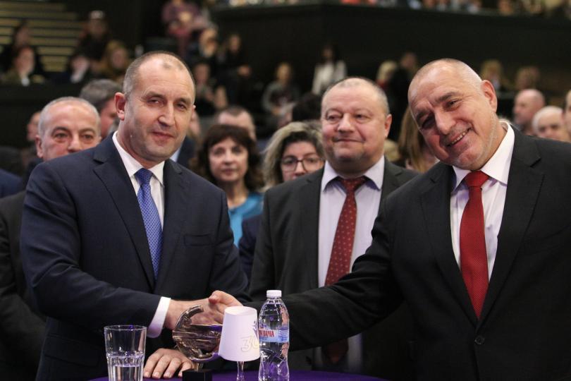 снимка 2 Борисов и Радев си стиснаха ръцете (СНИМКИ)