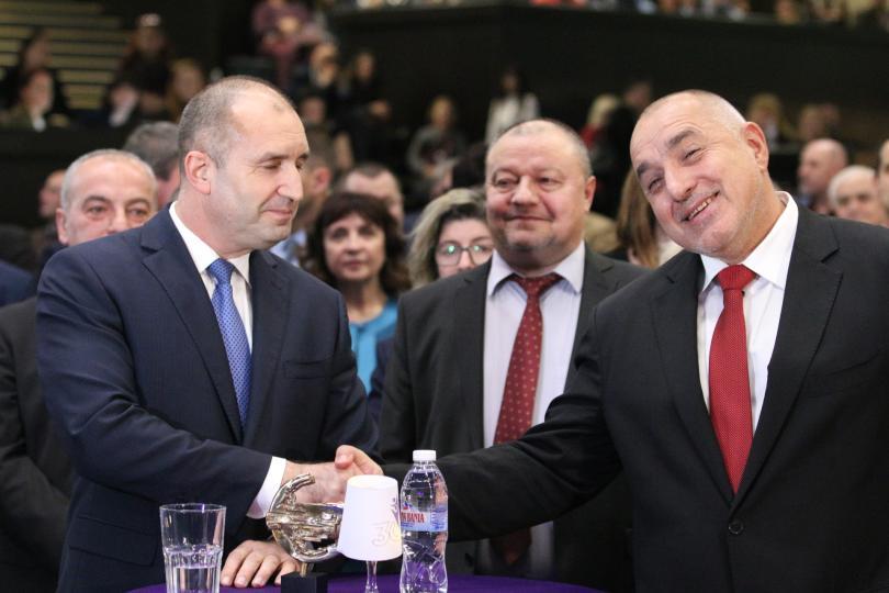 снимка 3 Борисов и Радев си стиснаха ръцете (СНИМКИ)