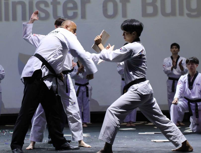 снимка 2 Бойко Борисов получи почетния 9-и дан по таекуондо в Сеул