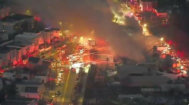 Мощен пожар обхвана складовите помещения на фабрика за производство на