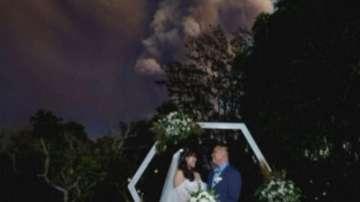 Младоженци сключиха брак близо до изригващия вулкан във Филипините