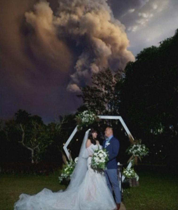 снимка 1 Младоженци сключиха брак близо до изригващия вулкан във Филипините