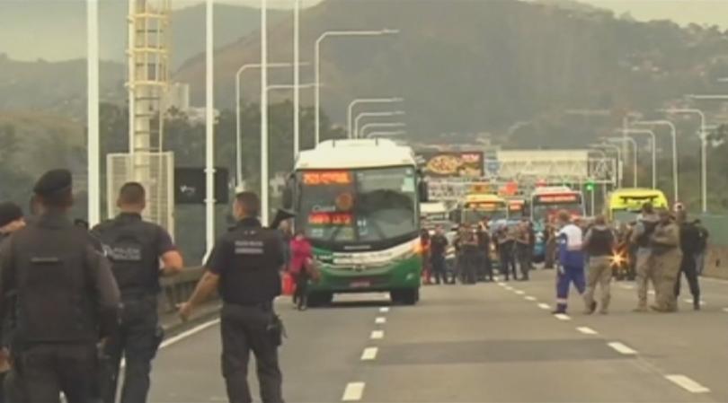 Въоръжен мъж похити автобус на мост в Рио де Жанейро