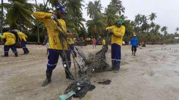 Доброволци почистиха бразилски плаж от петролен разлив