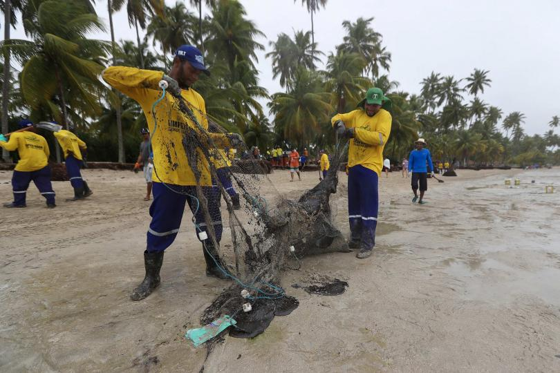 В Бразилия десетки доброволци се включиха в почистването на североизточния