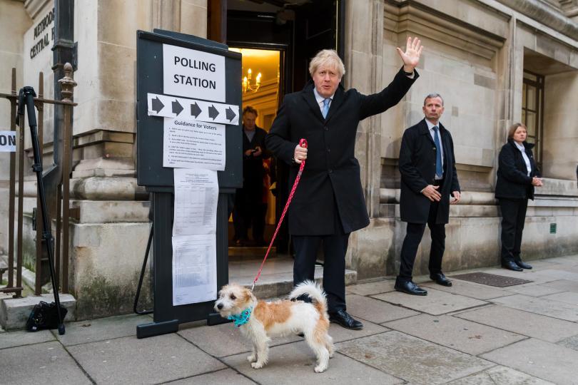 Великобритания гласува на решаващи предсрочни парламентарни избори. Вотът беше свикан