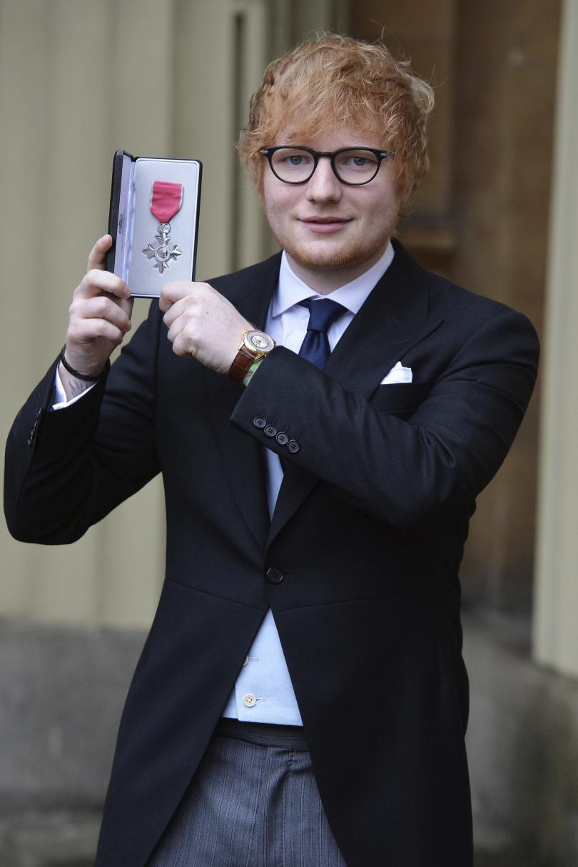 снимка 1 Ед Шийран получи Ордена на Британската империя
