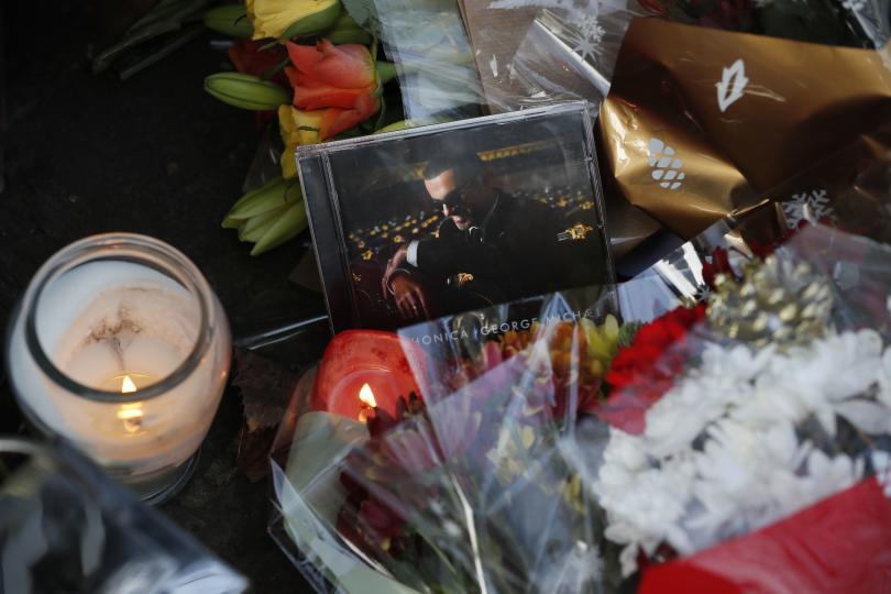 снимка 3 Почитатели оплакват кончината на Джордж Майкъл