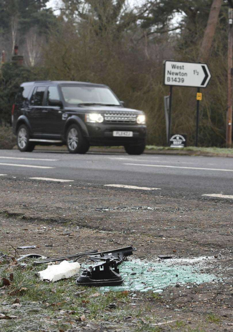 снимка 3 Два дни след катастрофата: Принц Филип отново шофира без колан