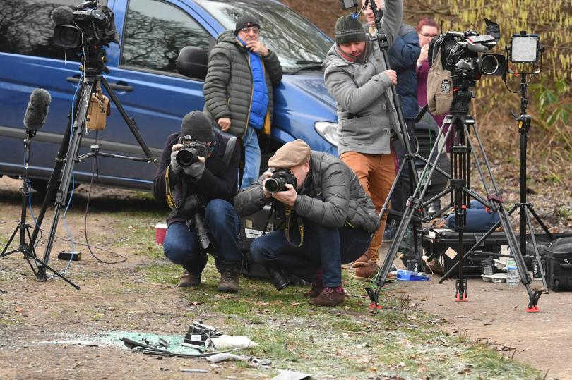 снимка 2 Два дни след катастрофата: Принц Филип отново шофира без колан