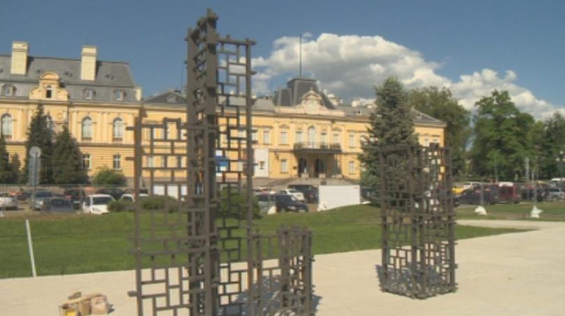 """Започна издигането на инсталацията """"Бронзовата къща"""" на площад """"Александър I""""."""