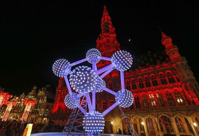 Инсталациите са разположени на популярния Гран Плас в Брюксел. Изработени