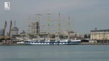 Най-големият ветроход в света акостира в пристанище Бургас