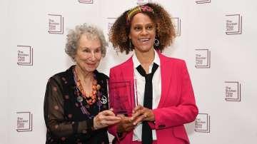 Две писателки спечелиха престижната литературна награда Букър за 2019 г.