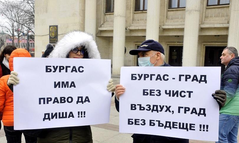 В Бургас протестиращи с маски и плакати се събраха пред