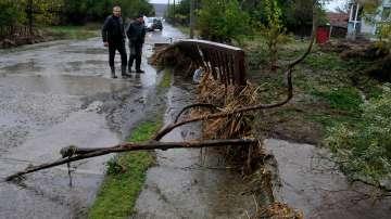 Три жертви, евакуирани хора и наводнени къщи след пороите в Бургаско