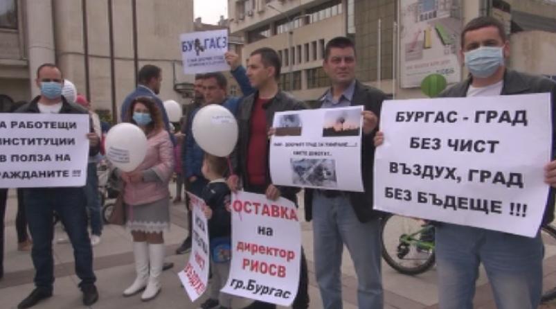 А в Бургас отново протест пред сградата на общината заради