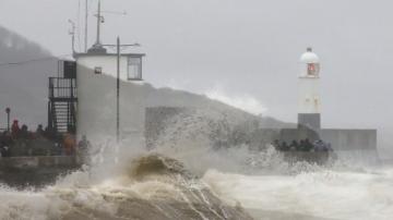 Бурята Денис удари Уелс със силни ветрове и обилни валежи