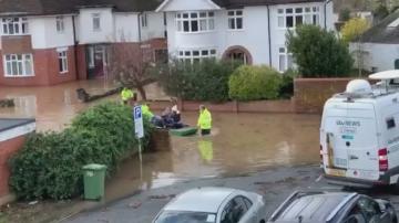 Великобритания остава в плен на бурята Денис