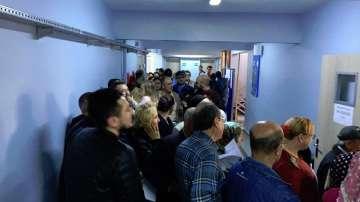 Огромни опашки от чакащи да гласуват в Бурса