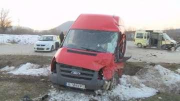 Тежка катастрофа между бус и малък автобус край Дебелец