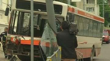 Автобус на градския транспорт във Варна се блъсна в стълб