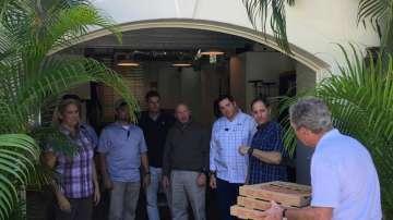 Джордж Буш почерпи с пица агентите от Сикрет сървис, които работят без заплата