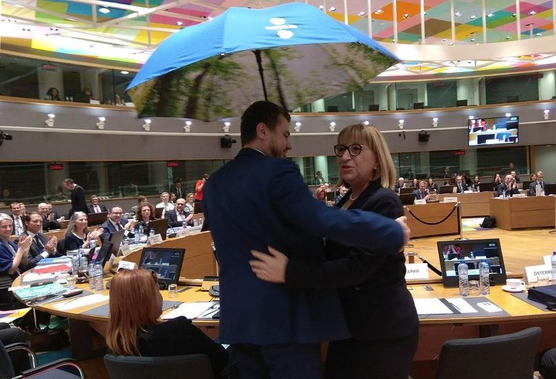 Министърът на правосъдието на Естония Урмас Рейнсалу предаде на министър Цецка Цачева чукчето на Председателството на Съвета ПВР-Правосъдие - символ на приемствеността между държавите-членки