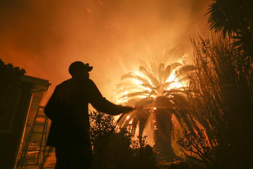 Поне девет жертви при опустошителните горски пожари в Северна и