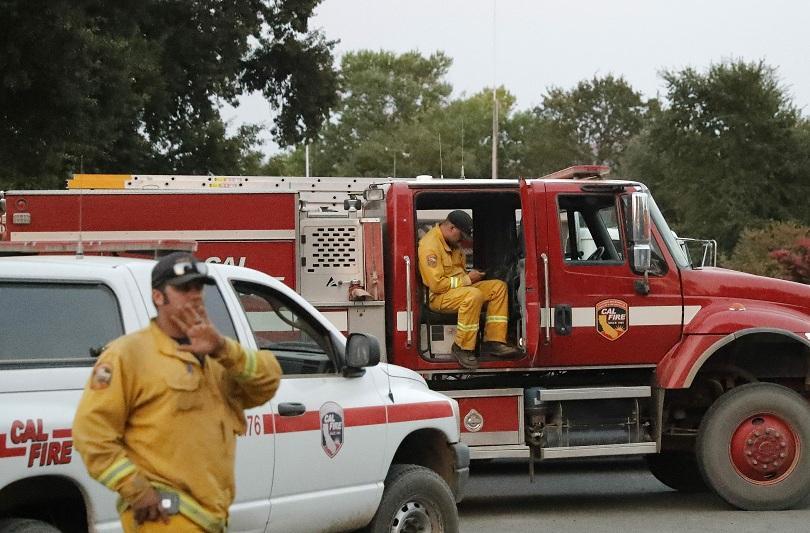 Противопожарни екипи в Южна Калифорния се борят да попречат на