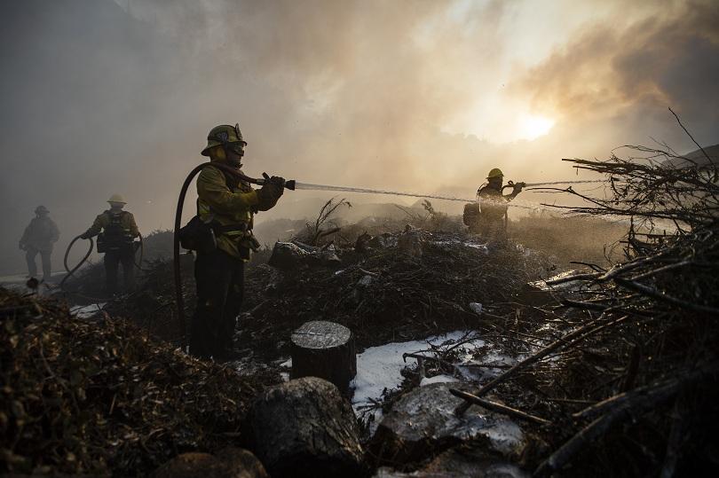 Пожарите, бушуващи в южната част на Калифорния, показват признаци на