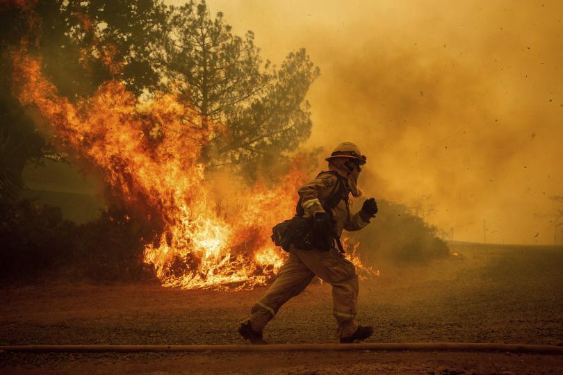 Горският пожар в Мендосино, Северна Калифорния, разгарян от сухата растителност