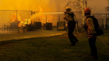Евакуираха 100 000 души заради пожарите в Калифорния