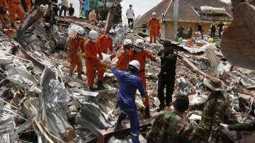 Извадиха двама оцелели изпод срутената сграда в Камбоджа