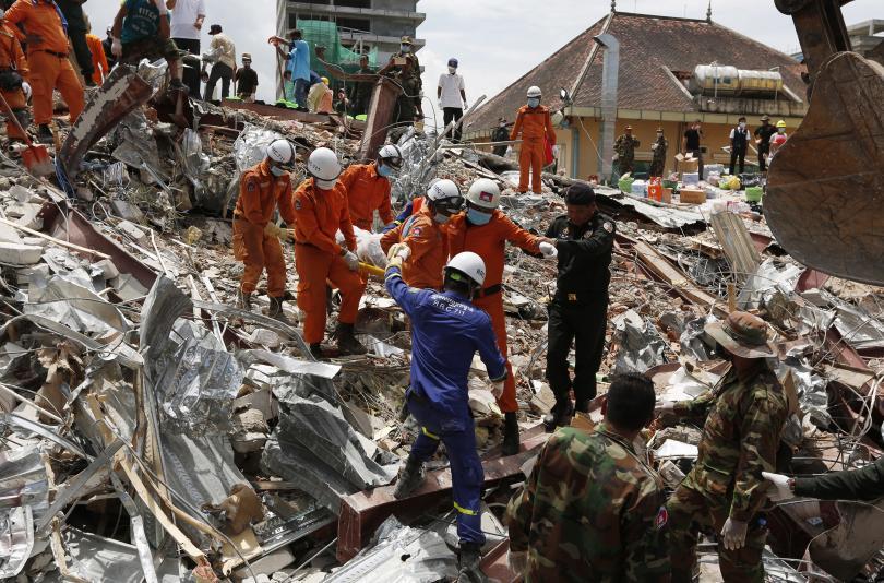 Двама мъже бяха извадени живи от развалините на срутената сграда