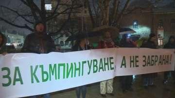 Протестът срещу забраната за диво къмпингуване се пренесе пред Президентството