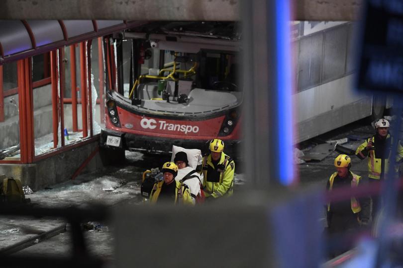 снимка 1 Трима загинали и 23-ма ранени при катастрофа с градски автобус в Отава