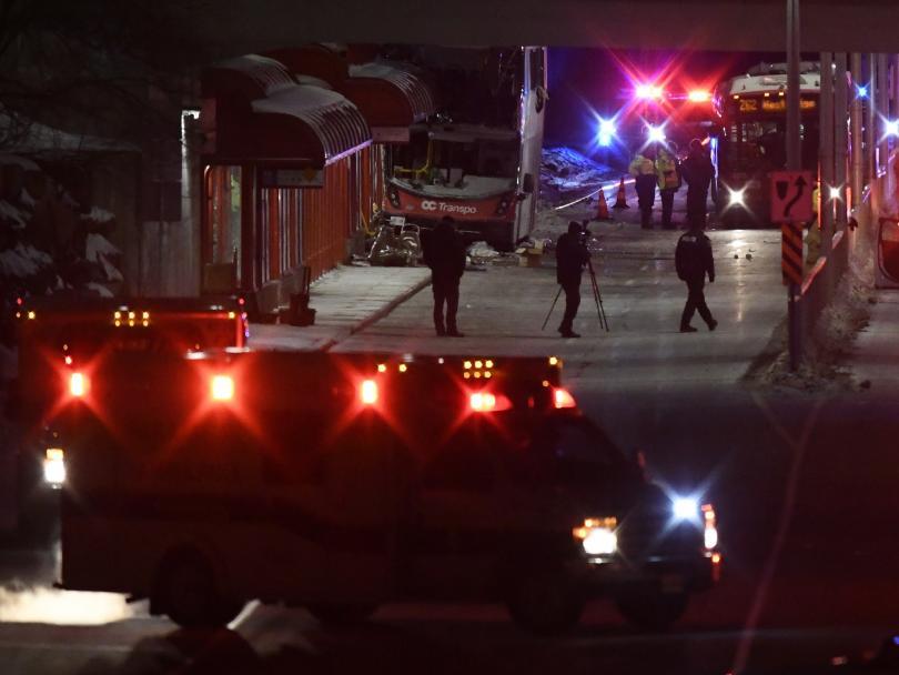 снимка 2 Трима загинали и 23-ма ранени при катастрофа с градски автобус в Отава