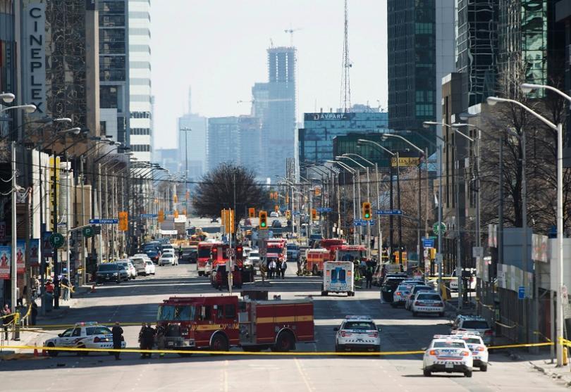 души загинали ранени микробус вряза пешеходци торонто