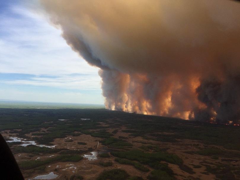 евакуират 1600 души заради горски пожари канада