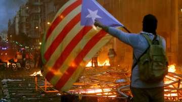 Сблъсъци с полицията по време на петата вечер на протести в Барселона