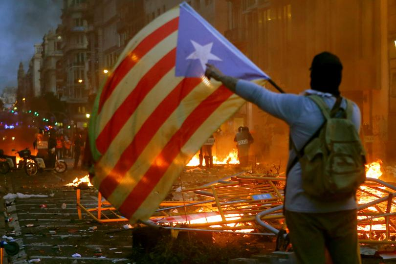 Снимка: Сблъсъци с полицията по време на петата вечер на протести в Барселона