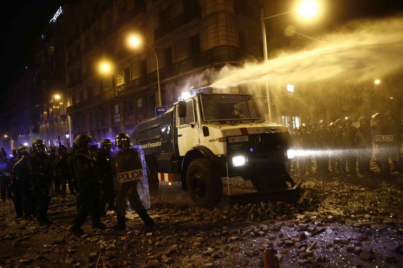 снимка 1 Сблъсъци с полицията по време на петата вечер на протести в Барселона