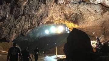 Спасени: Всички 12 момчета и треньорът им са изведени от пещерата в Тайланд