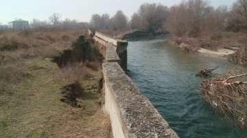 Укрепват спуканата дига на река Чая