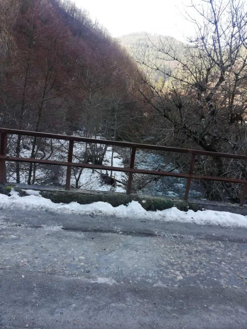снимка 1 Взимат трета проба за тежки метали от водите на реките Юговска и Чепеларска