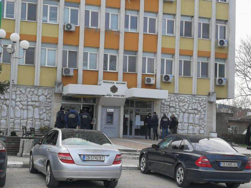 Кметът на Червен бряг Данаил Вълов и петима служители са