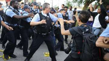 Протести в Чикаго, след като полицаи простреляха смъртоносно мъж в Саут сайд