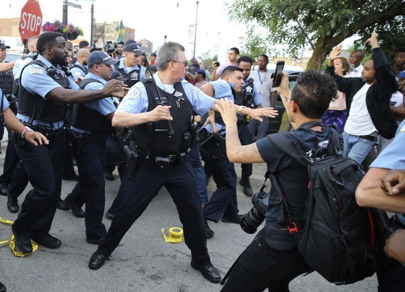 Гневни хора се събраха снощи на протест в Чикаго и