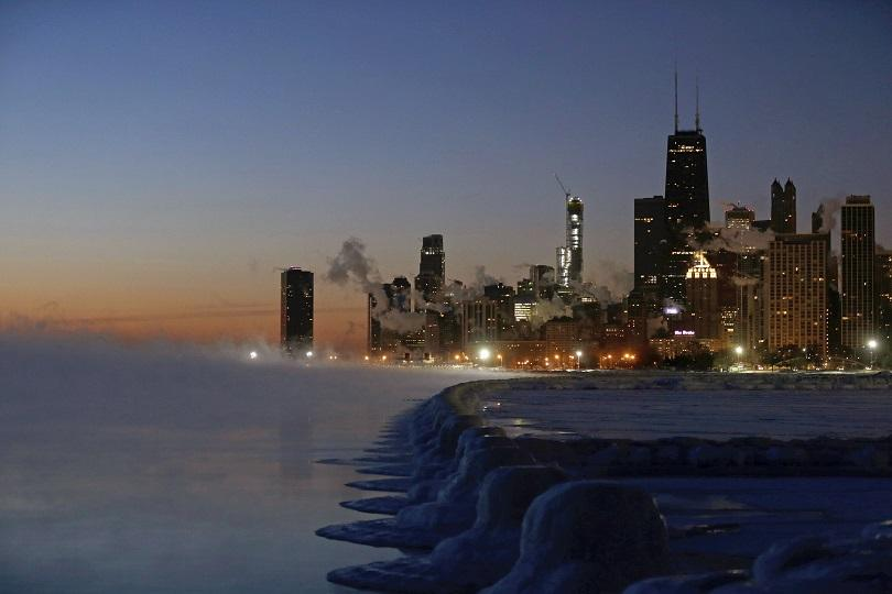 Ледоразбивачи тръгнаха по река Чикаго. Железопътните релси са в пламъци,
